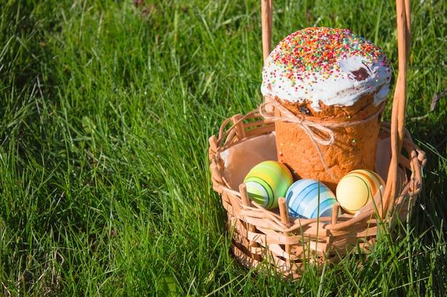 Joyeuses pâques. félicitations de pâques. gâteau de pâques avec des oeufs de pâques sur un rebord de fenêtre en bois. concept de vacances