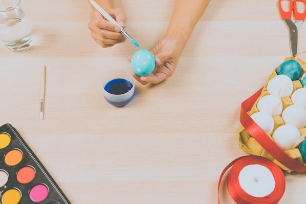 Joyeuses pâques, les femmes peignent les œufs de pâques pour les vacances du festival de pâques