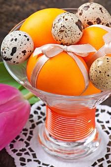 Joyeuses pâques. fleurs et oeufs colorés
