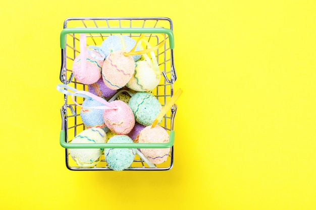 Joyeuses pâques fond. oeufs de pâques colorés