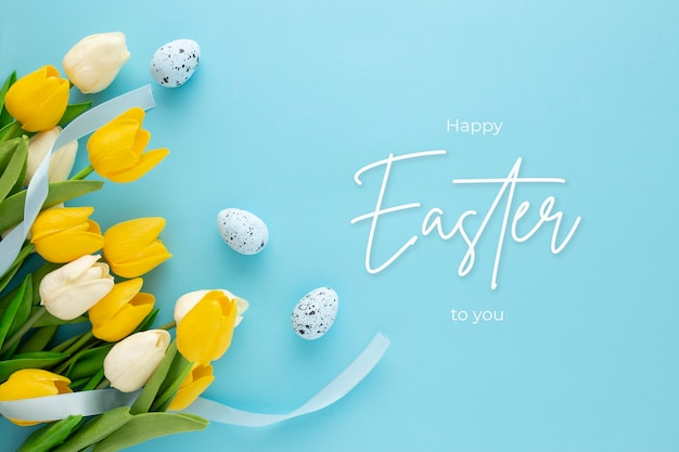 Joyeuses pâques fond avec des oeufs et des tulipes et lettrage