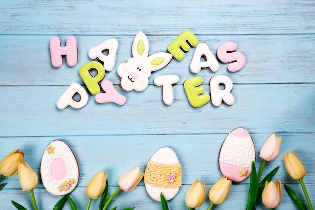 Joyeuses pâques lettrage coloré joyeuses pâques de lapin biscuits au gingembre et biscuits