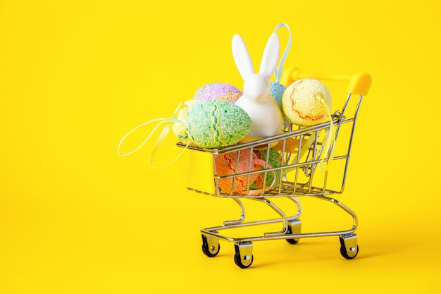 Joyeuses pâques oeufs colorés dans le panier