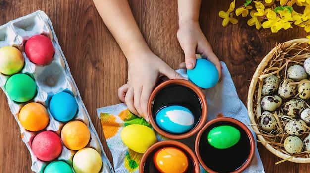 Joyeuses pâques. œufs mise au point sélective.