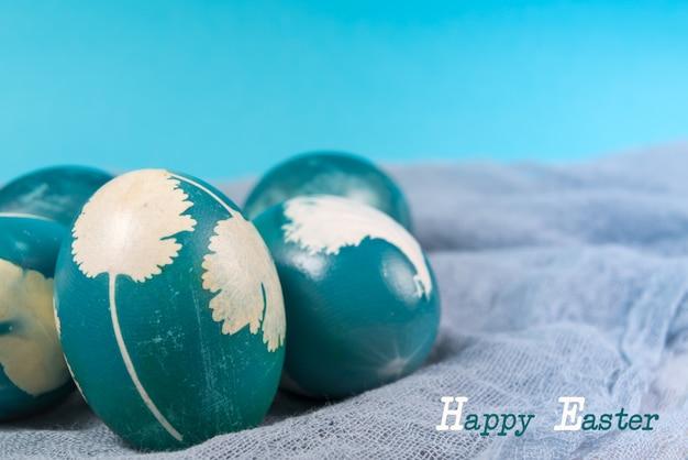Joyeuses pâques, oeufs de pâques bleu organiques avec des arrière-plans bleus