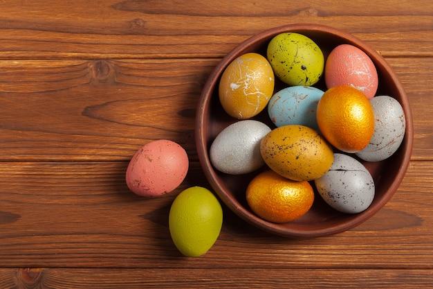Joyeuses pâques! oeufs de pâques sur fond en bois