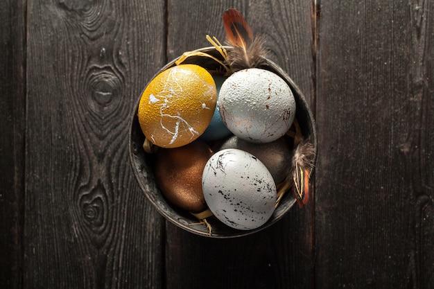 Joyeuses pâques! oeufs de pâques sur fond de bois