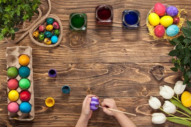 Joyeuses pâques! peint des oeufs de pâques. se préparer pour pâques.