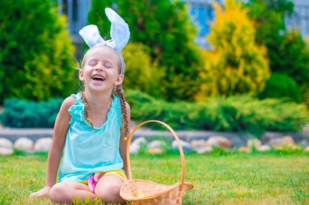 Joyeuses pâques avec petite fille en plein air