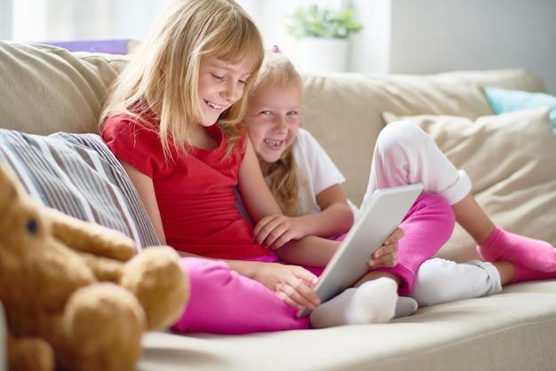 Joyeuses petites soeurs au salon