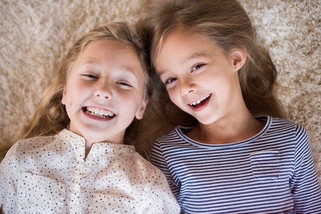 Joyeuses sœurs s'amusant ensemble