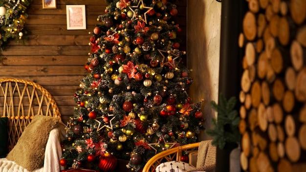 Joyeuses vacances. un beau salon en bois décoré pour noël.
