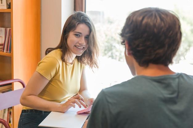 Joyeux adolescent fait ses devoirs avec son petit ami