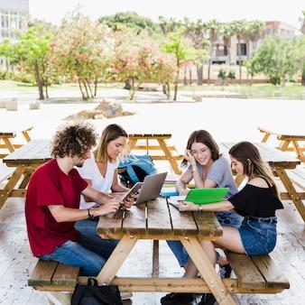 Joyeux amis étudient à table