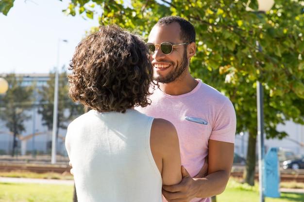 Joyeux amis multiethniques, main dans la main dans le parc