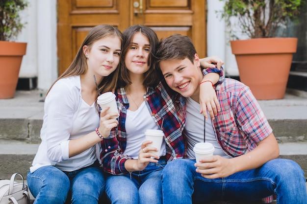Joyeux amis posant avec du café