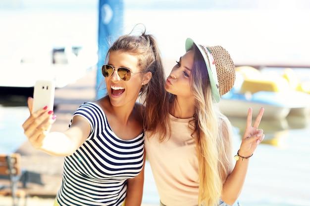 Joyeux amis s'amusant à l'extérieur en été