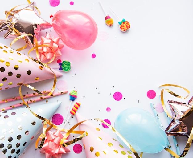 Joyeux anniversaire ou accessoires de fête sur fond blanc