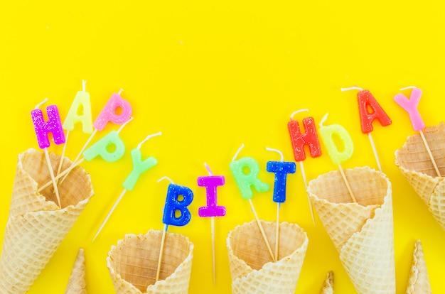 Joyeux anniversaire bougies avec cornets