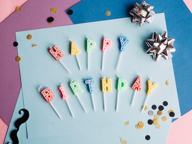 Joyeux anniversaire bougies fait des mots sur papier