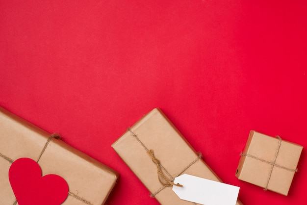 Joyeux anniversaire et coffret cadeau sur fond rouge