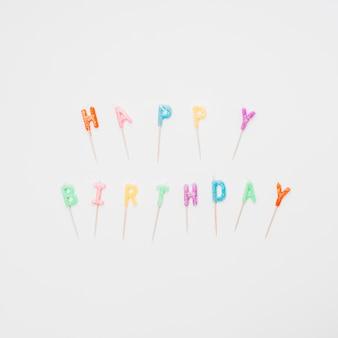 Joyeux anniversaire coloré, lettrage de bougies sur fond blanc
