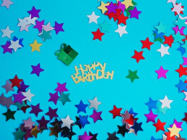 Joyeux anniversaire et confettis d'étoiles