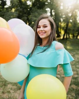 Joyeux anniversaire femme tenant des ballons