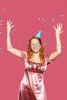 Joyeux anniversaire fille jetant des confettis