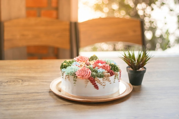 Joyeux anniversaire avec un gâteau de fleurs