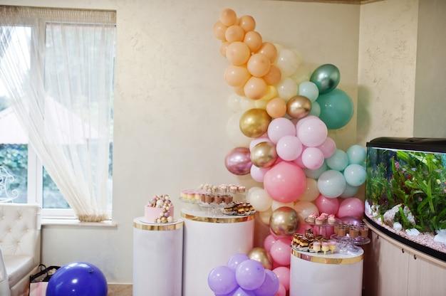 Joyeux anniversaire. gâteau de vacances. gâteaux avec des ballons.