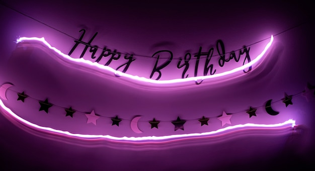 Joyeux anniversaire signe accroché sur un mur. décor d'anniversaire