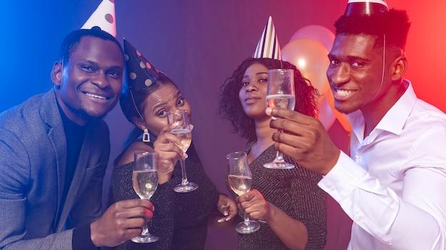 Joyeux anniversaire, tenant des verres de champagne