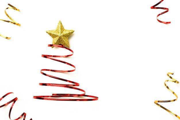 Joyeux arbre de noel fabriqué à partir de ruban rouge et étoile d'or sur fond blanc.