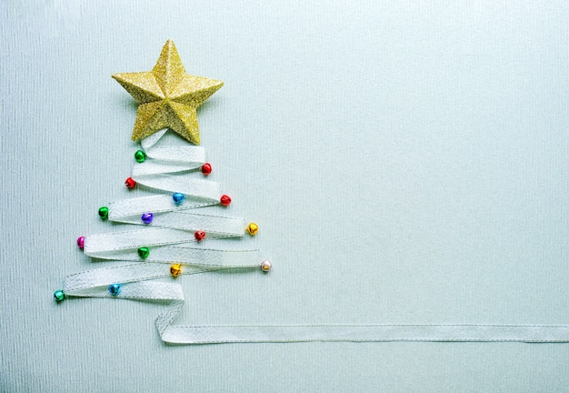 Joyeux arbre de noel en ruban d'argent et étoile d'or