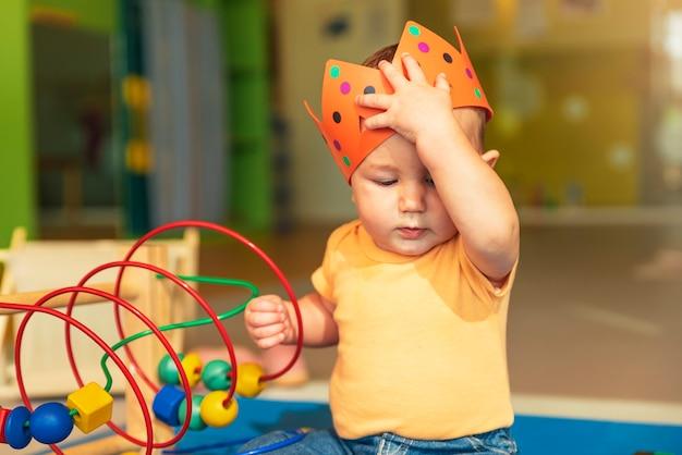 Joyeux bébé jouant avec des blocs de jouets à la maternelle.