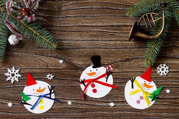 Joyeux cadeau de noël bonhomme de neige projet fait main de créativité pour enfants vue de dessus
