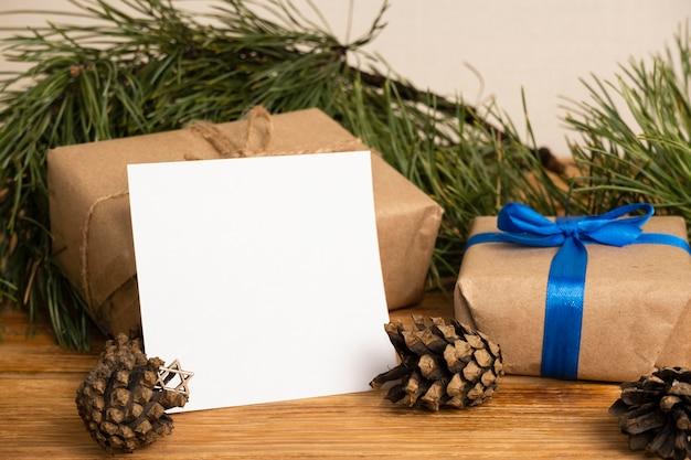 Joyeux cadeaux de hanoucca et pommes de pin