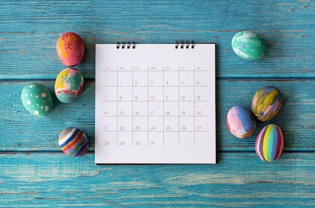 Joyeux calendrier de pâques avec un oeuf de pâques. concept de vacances de pâques.