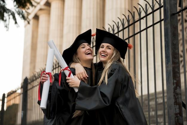 Joyeux collègues diplômés du collège