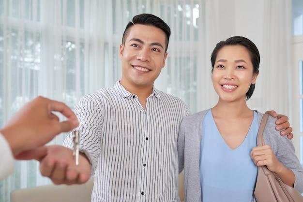 Joyeux couple achetant appartement