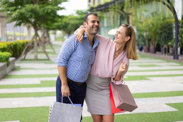 Joyeux couple d'acheteurs émerveillés par les achats.