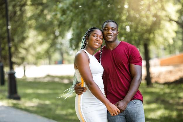 Joyeux couple africain dans un parc d'été