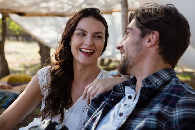 Joyeux couple à l'extérieur de la tente