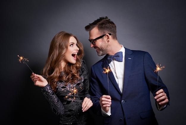 Joyeux couple avec flirt sparkler