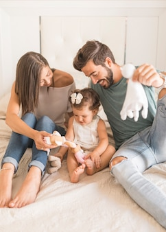 Joyeux couple jouant avec une fille