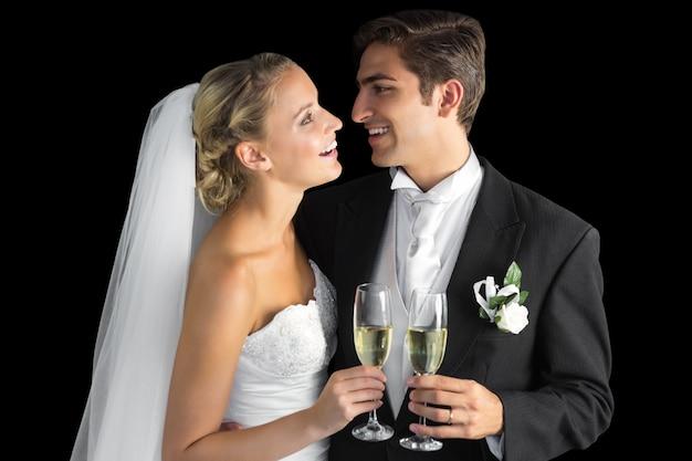 Joyeux couple marié tenant des verres de champagne