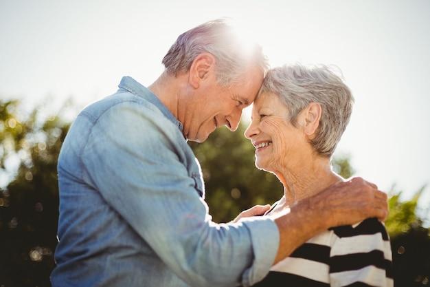 Joyeux couple de personnes âgées se regardant