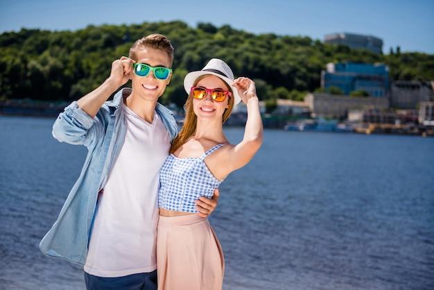 Joyeux couple à la plage posant