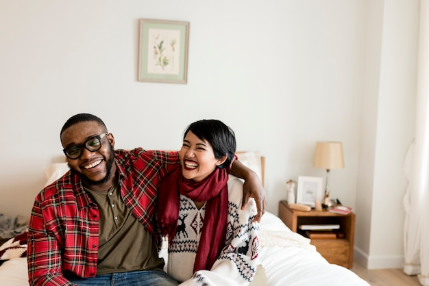 Joyeux couple profitant des vacances de noël